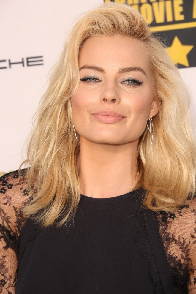 Margot Robbie Weight H... Tom Cruise Age