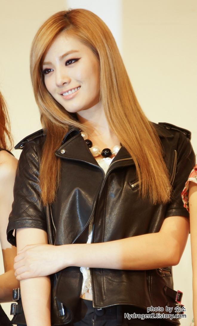 Nana (singer)